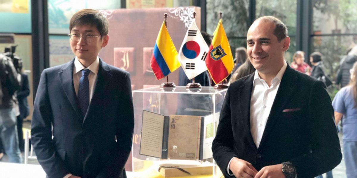 Una réplica del libro más antiguo del mundo llegó al Archivo de Bogotá