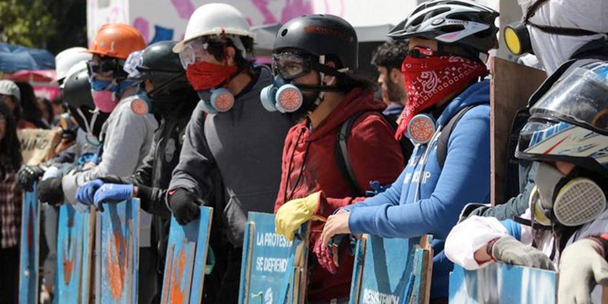 'Primera línea', la creativa formación con la que manifestantes se protegen del Esmad y de los vándalos