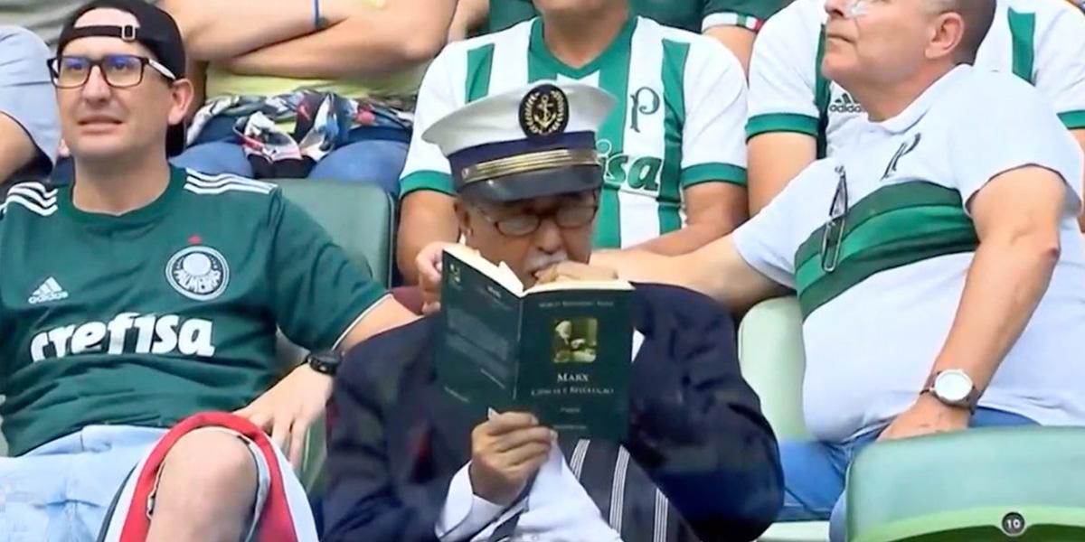 Hincha en Brasil es expulsado del estadio porque en lugar de ver el partido se dedicó a leer