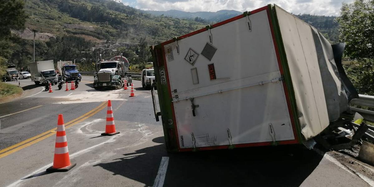 Habilitan dos carriles en la vía al Llano tras volcamiento de un vehículo