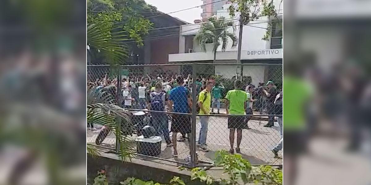 Esmad interviene protesta de hinchas del Cali que intentaron ingresar a la sede del equipo