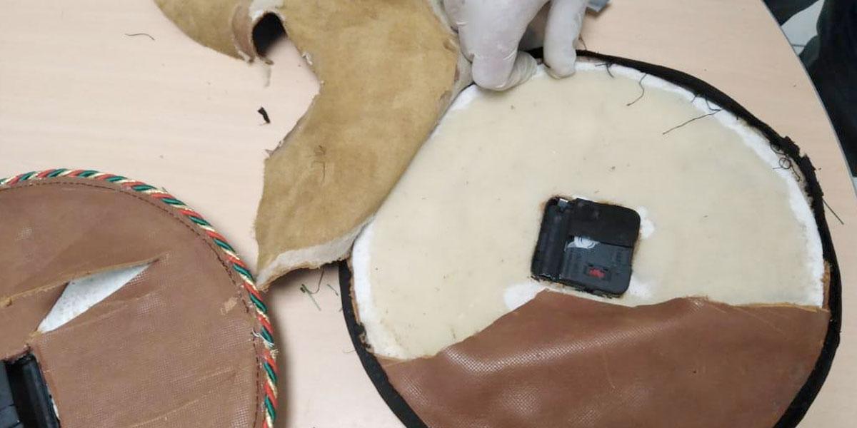 Cayeron dos relojes navideños con cocaína en el aeropuerto José María Córdova