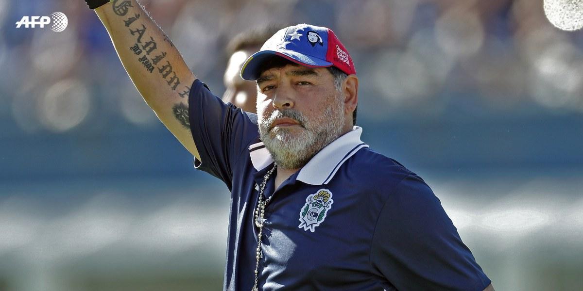 Maradona regaña a niños que le piden un autógrafo y el gesto queda en video