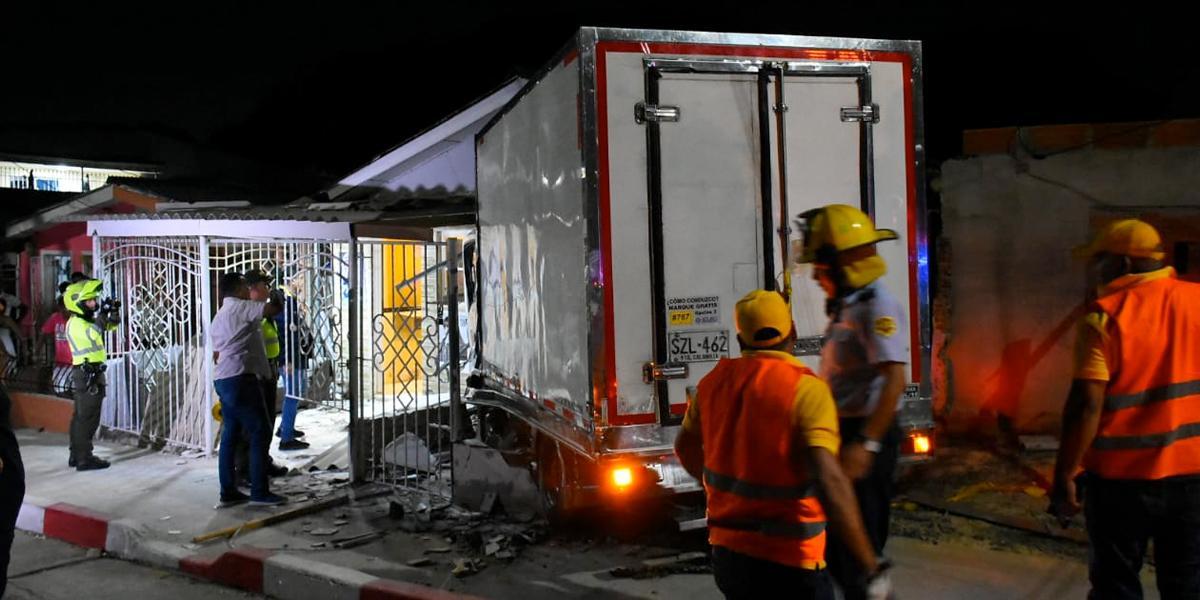 Un muerto y nueve heridos tras choque de camión contra una casa en Barranquilla