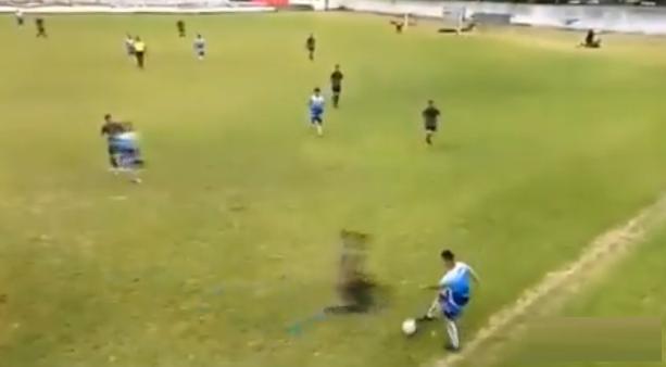 La patada «criminal» en un partido de fútbol que desencadenó una batalla campal