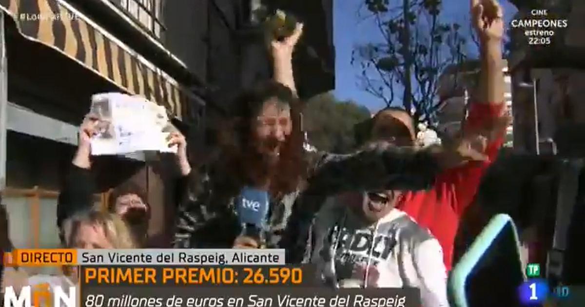 (Video) Periodista se entera en transmisión en directo que ganó la lotería y así reaccionó