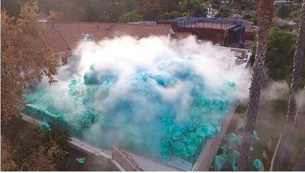 Video de la espectacular explosión del volcán de espuma más grande del mundo