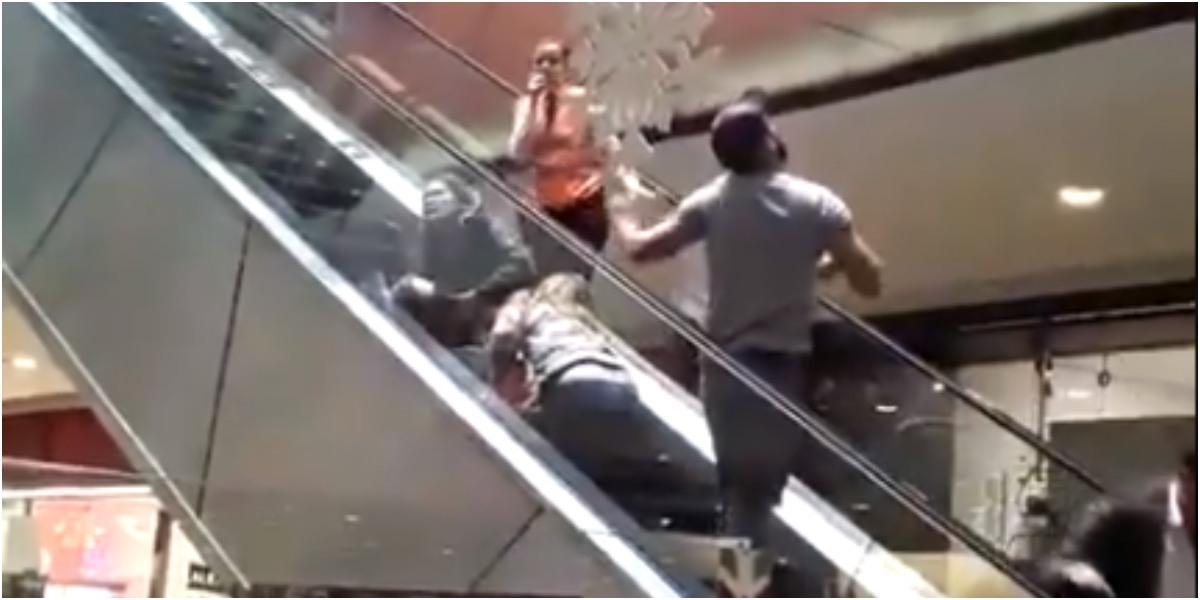 niña atrapada temblor escaleras titan plaza 1