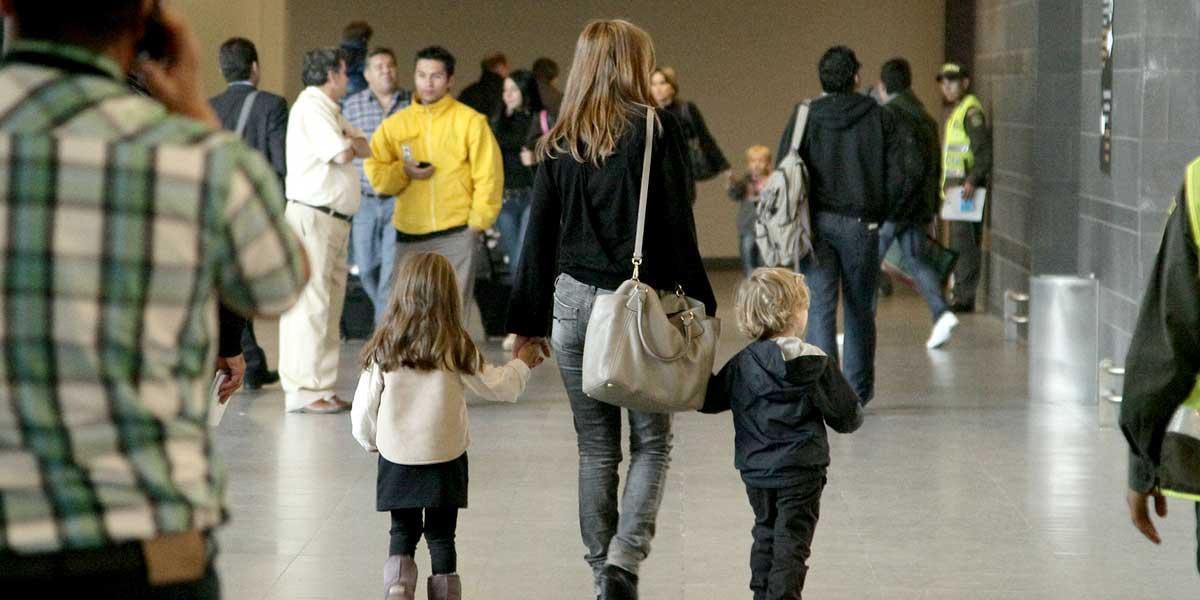 Tenga en cuenta estas recomendaciones si quiere viajar fuera del país con un menor de edad